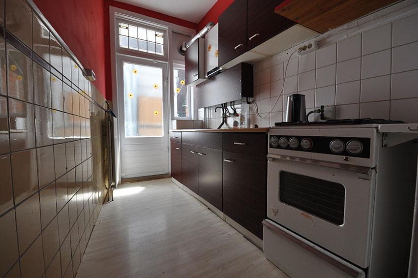 Aan de Gouwstraat in Rotterdam Zuid drie kamer hoekappartement te huur aangeboden.